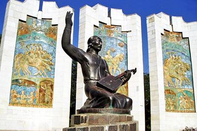 Элиста: Памятник джангарчи Ээлян Овла